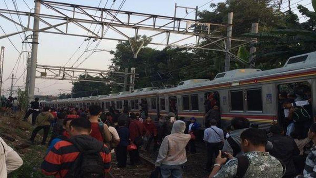 Kereta yang Anjlok Dievakuasi, Masih 1 Jalur Digunakan Bergantian