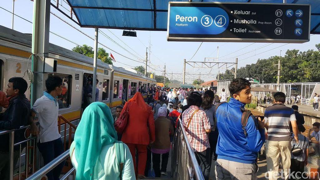 Penampakan Kepadatan Penumpang di Stasiun Pasar Minggu, Menanti dengan Sabar!