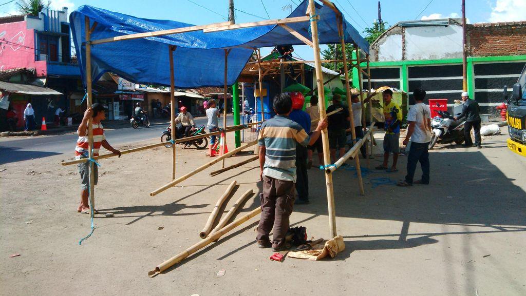 Usai Blokade Jalan, Pedagang Bangun Tenda di Halaman Bangunan Baru Pasar Limbangan