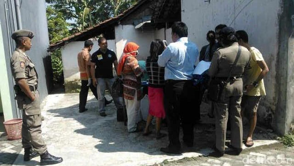 Sepasang Wanita Sedang Bermesraan Kepergok Saat Razia Narkoba
