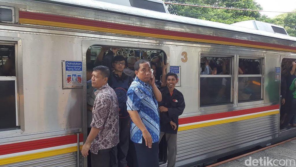 Lagi-lagi Gangguan, Penumpang Berjubel dan Perjalanan Commuter Line Tertahan