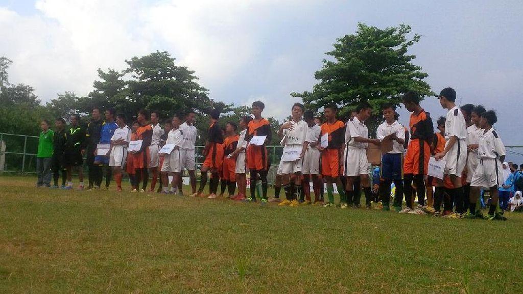 Pada Sebuah Kesederhanaan di Lapangan Bola Kampung di Kepulauan Seribu