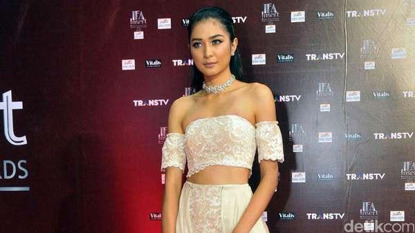 Gaya Mikha Tambayong Ala Gladiator