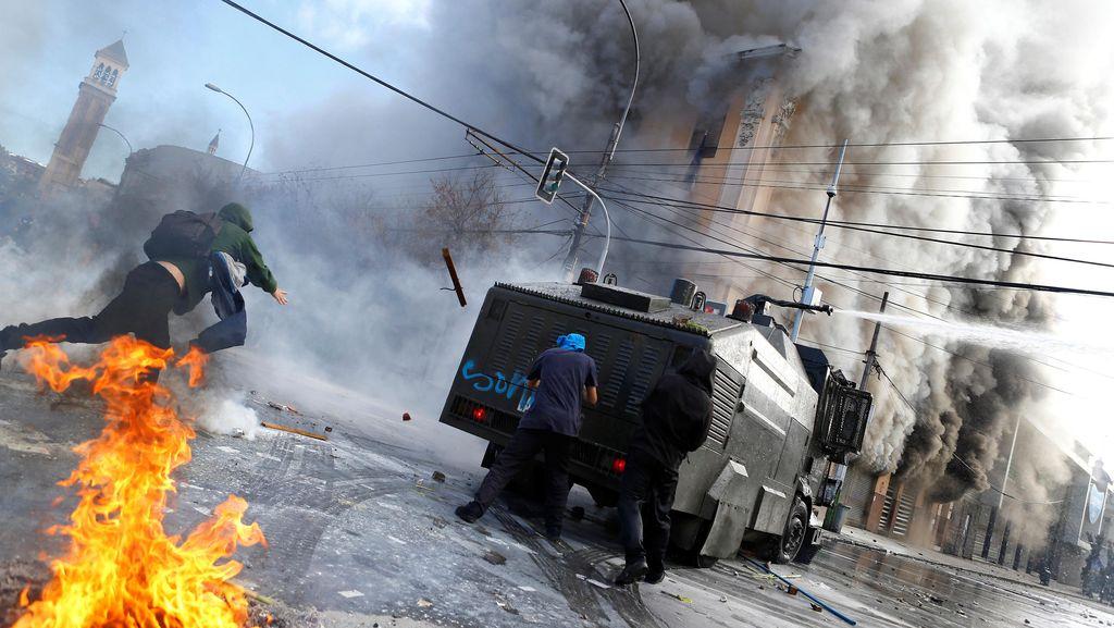 Demo Berujung Bentrok di Chili