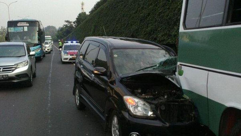 Avanza Seruduk Kopaja di KM 26 Tol Pondok Indah Arah Kampung Rambutan