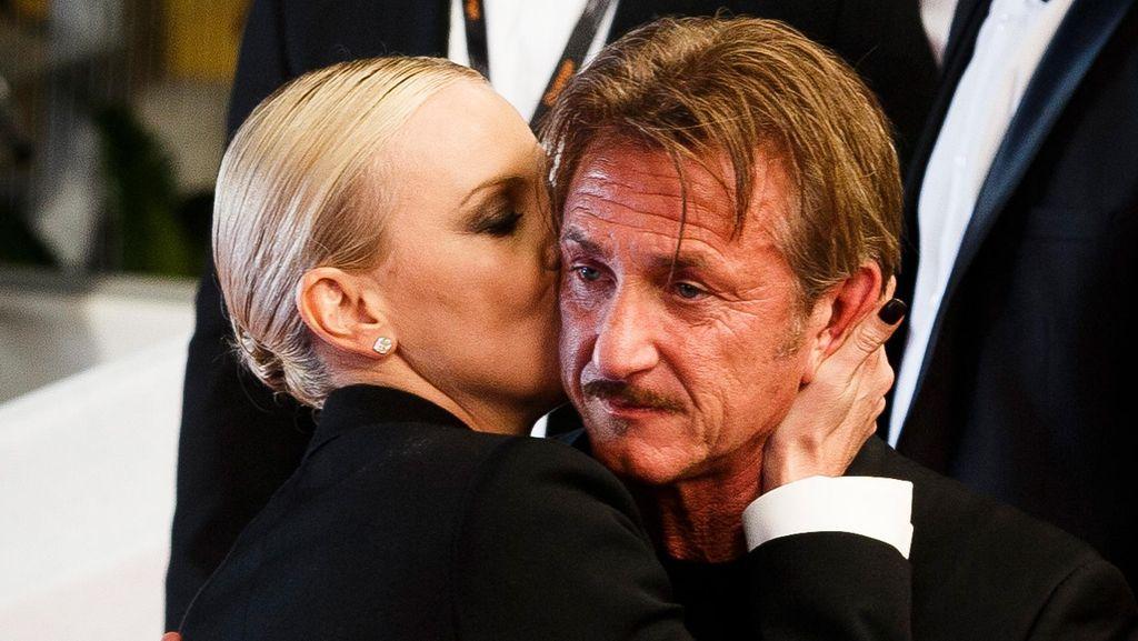 Awkward! Dicium Charlize Theron, Sean Penn Tanpa Ekspresi