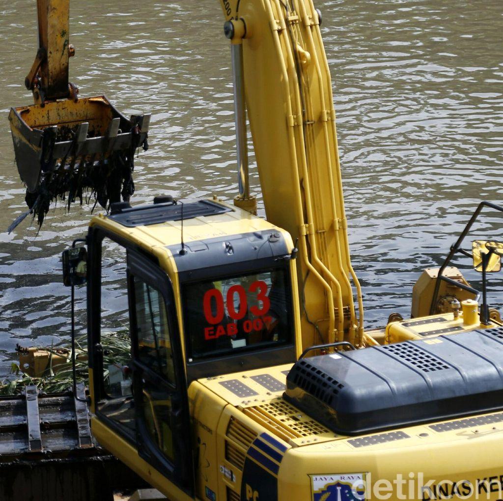 Pembersihan Sampah di Kanal Banjir Timur