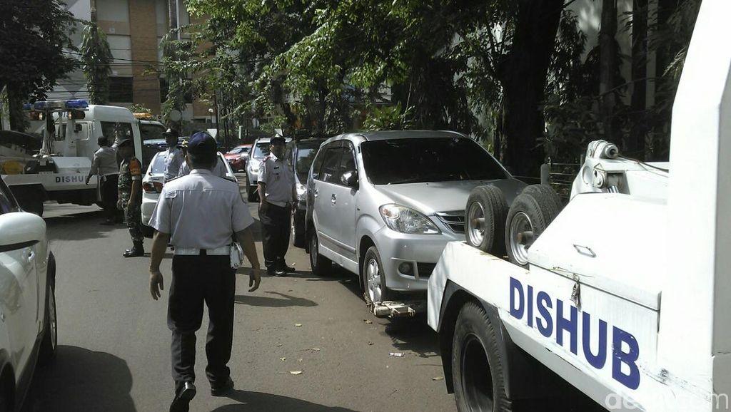 2 Hari, 135 Motor dan 30 Mobil yang Parkir Liar di Jaksel Ditertibkan