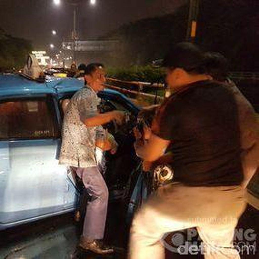 Taksi Kecelakaan di KM 17 Tol Angke Arah Bandara, Lalin Tersendat