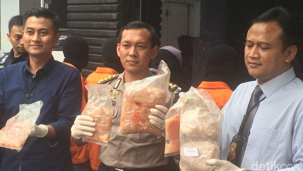 Polisi Sita 1,5 Ton Ayam Beku Kedaluwarsa Hasil Curian di Tangerang