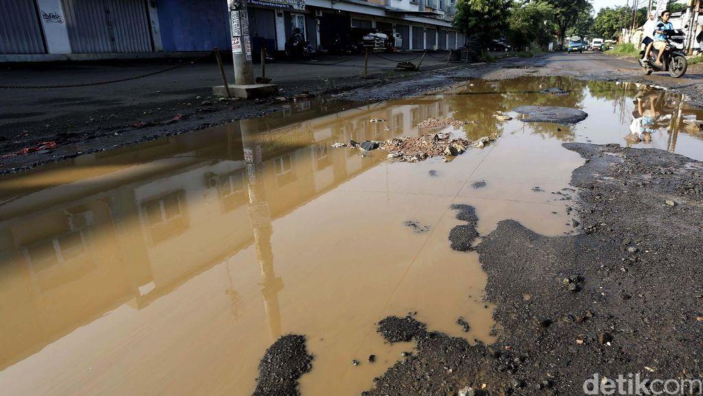 Wajah Jalan di Bojongkulur Bak Kubangan Sawah