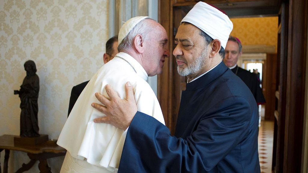 Cairkan Hubungan, Paus Fransiskus Peluk Imam Besar Al Azhar di Vatikan