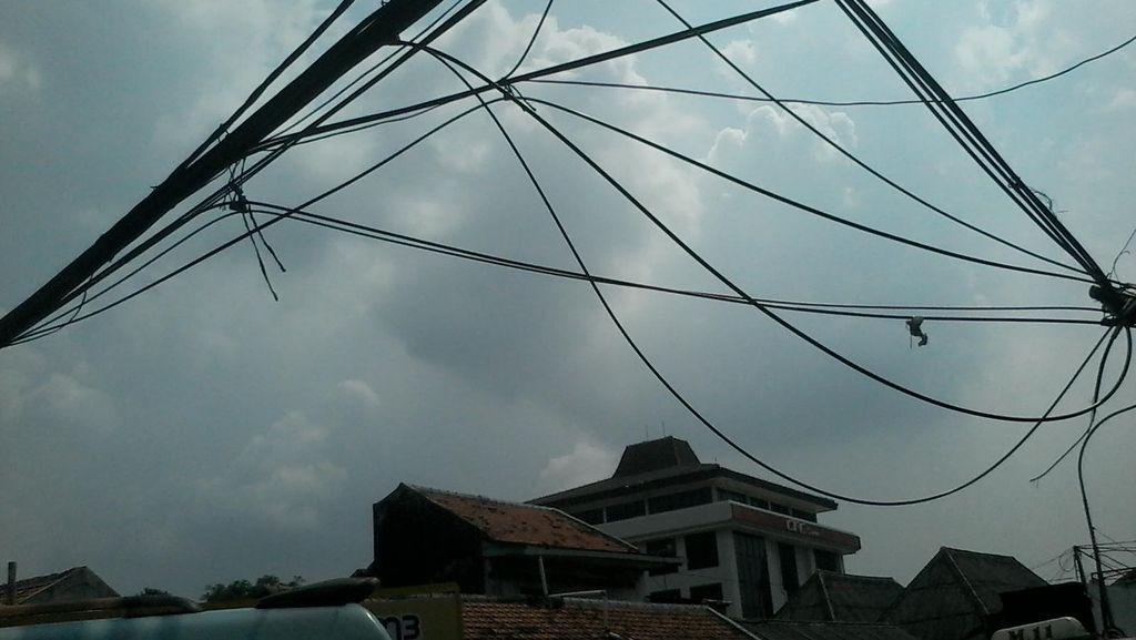 Kabel Menjuntai di Depan Pasar Pal Merah, Pemotor Kerap Jatuh