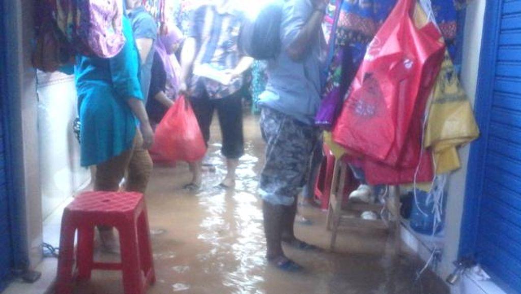 Kali Pesanggrahan Meluap, Pasar Cipulir Banjir Semata Kaki