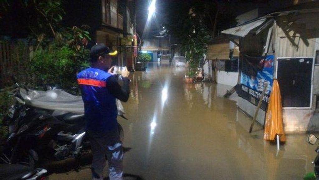 Kali Pesanggrahan Meluap, Perumahan di Kembangan Selatan Banjir 50 Cm