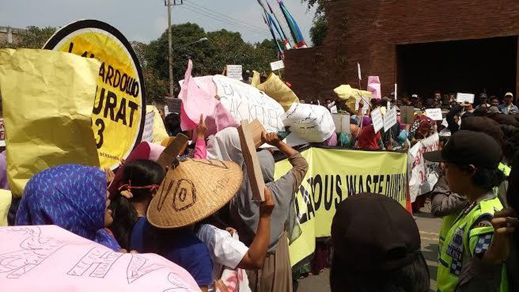 Ratusan Warga Demo Tuntut Pabrik Limbah Diduga Cemari Air Tanah Ditutup