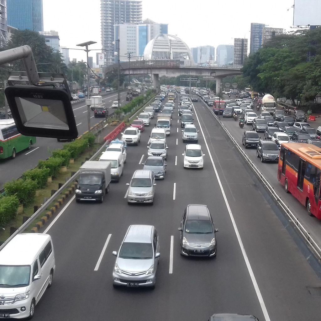 Kendaraan Antre Keluar di Semanggi, Tol Dalam Kota Macet Sejak Cawang