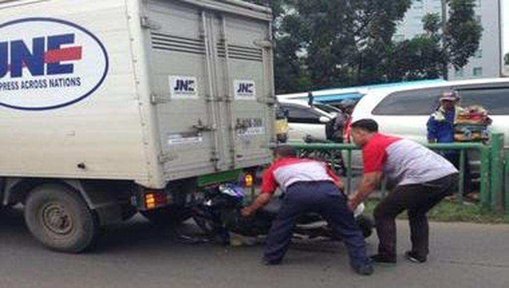 Diduga Mengantuk, Pemotor di Cideng Tabrak Mobil Pengantar Barang