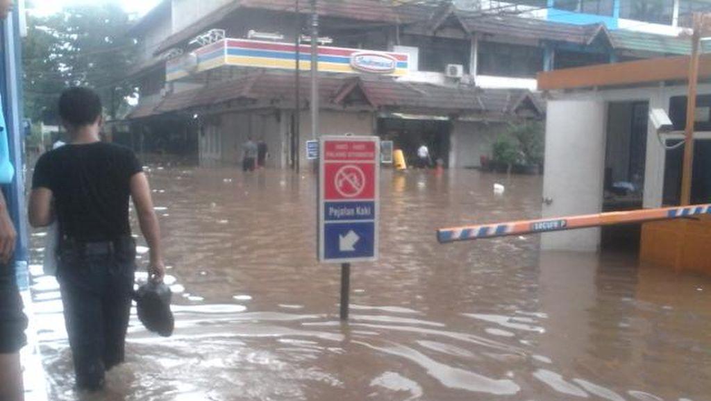 Parkiran ITC Cipulir Banjir Sebetis, Pengunjung Tenteng Sepatu