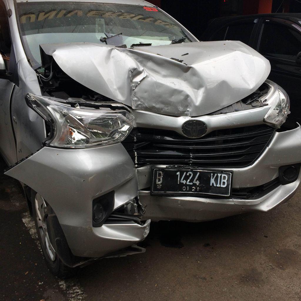 Mobil Dosen Loncat Tabrak Pintu Kampus UIJ Saat Dipindahkan Mahasiswa