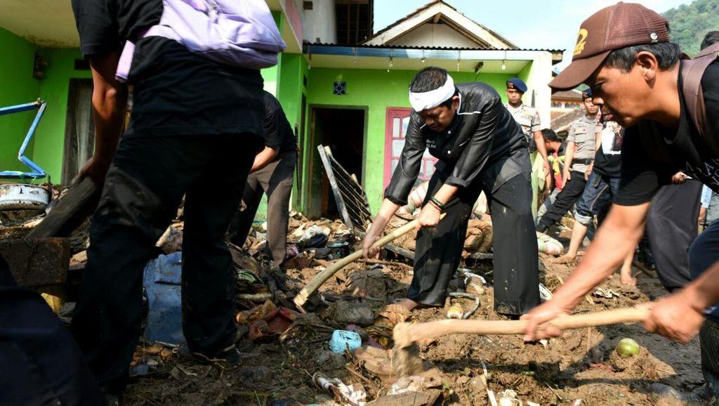 100 Tukang Cangkul Purwakarta Bantu Korban Banjir Bandang Cisalak Subang