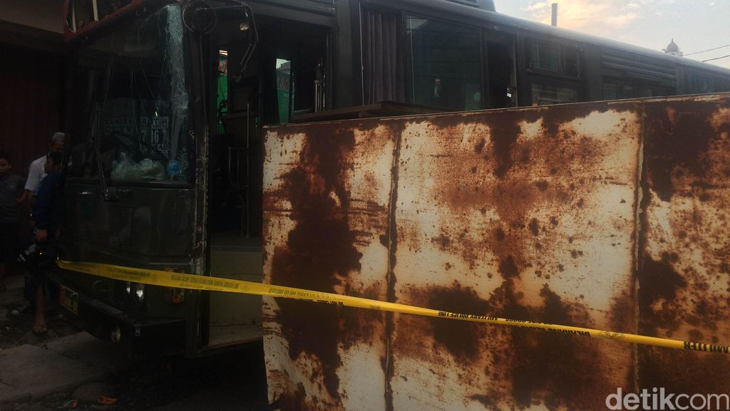 Saksi: Mobil Boks Sedang Parkir Ditabrak Bus Rindam Jaya