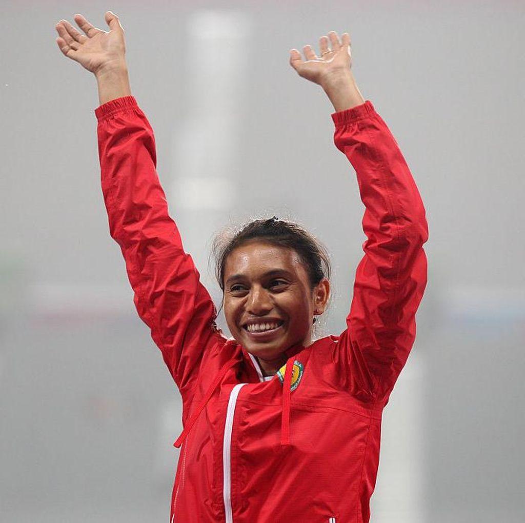 Maria Londa Pembawa Bendera Indonesia di Defile Olimpiade 2016