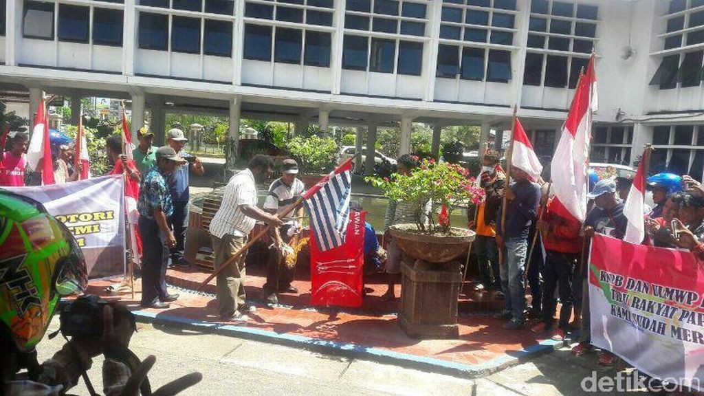Ratusan Warga Papua Bakar Bendera Bintang Kejora: Stop Bicara Referendum!
