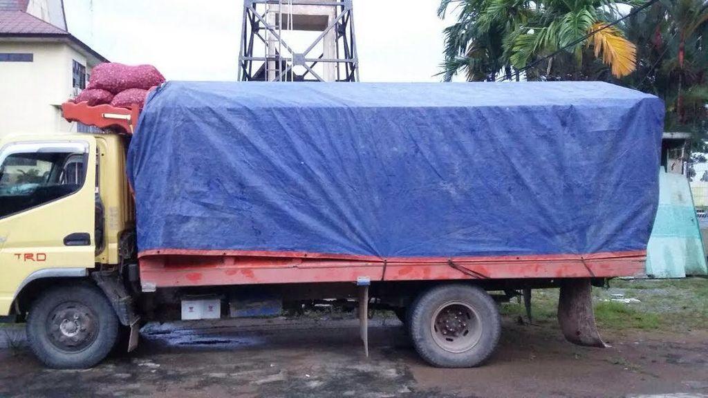 Truk Pengangkut Bawang Merah dan Gula Pasir dari Malaysia Ditangkap Polisi
