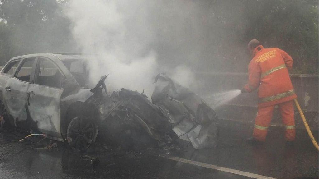 Mobil yang Terbakar di Tol Cakung Sempat Tabrak Truk Trailer
