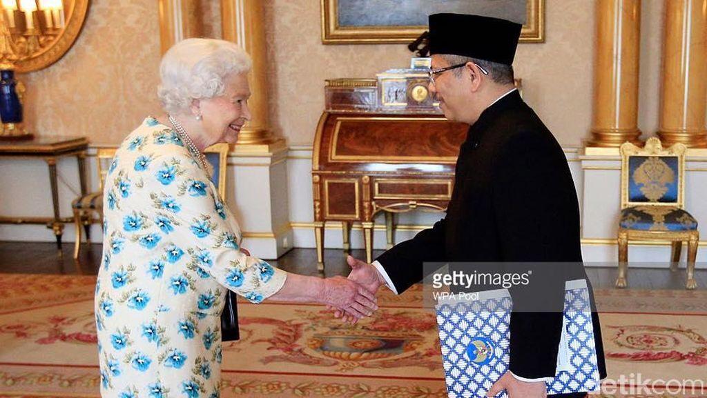 Dubes RI untuk Inggris Serahkan Surat Kepercayaan kepada Ratu Elizabeth