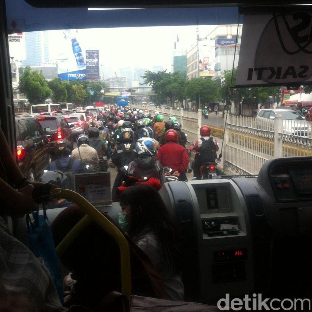 Busway di Jalan Buncit Raya Jaksel Macet, Imbas Crane Mogok di Kuningan