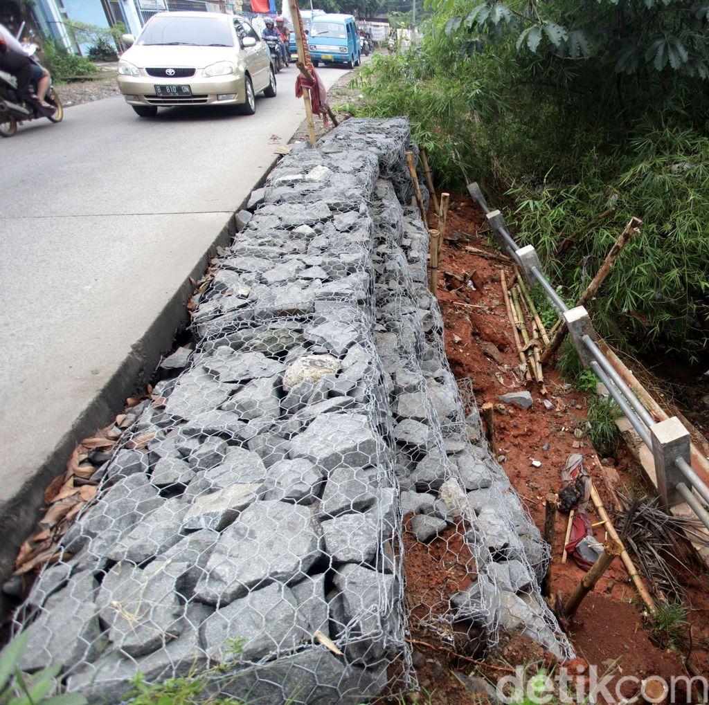 Jalan Tanah Baru Depok yang Mengerikan Mulai Diperbaiki