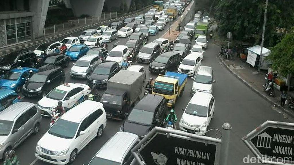 Macet Panjang di Perempatan Slipi Arah Tomang, Karena Separator TransJ Ditinggikan?