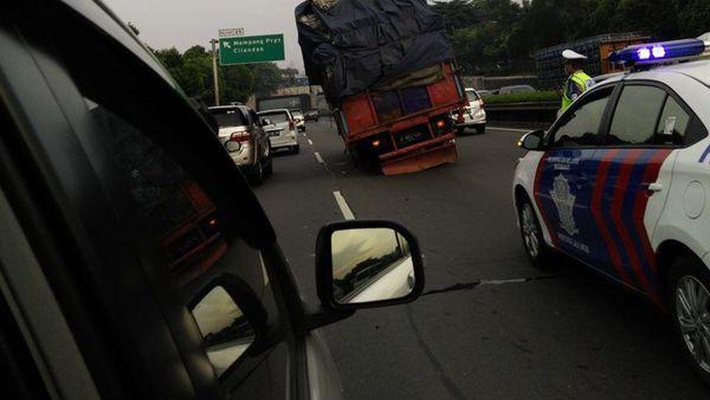 Ini Truk Mogok di KM 25 Tol Kampung Rambutan Arah Bintaro yang Bikin Macet