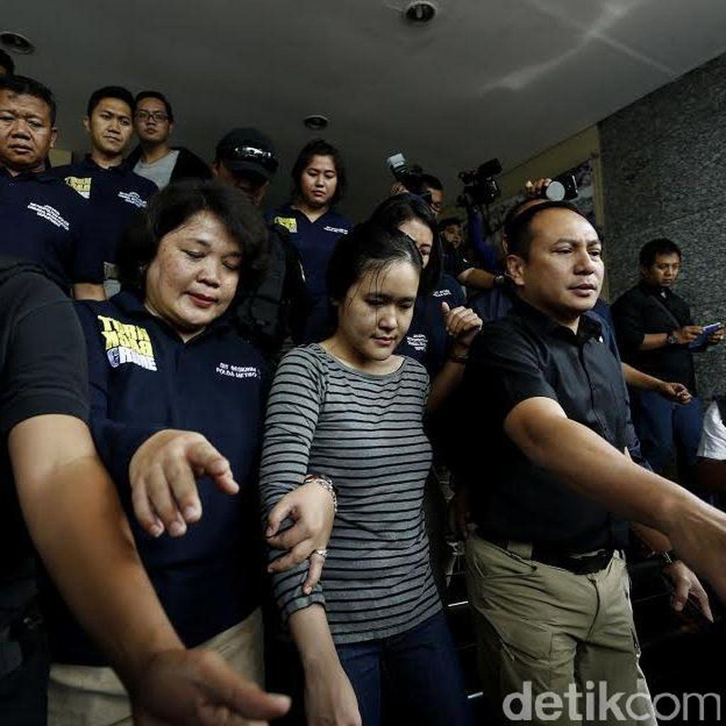 Melihat Ekpresi Wajah Jessica Saat Diserahkan ke Jaksa
