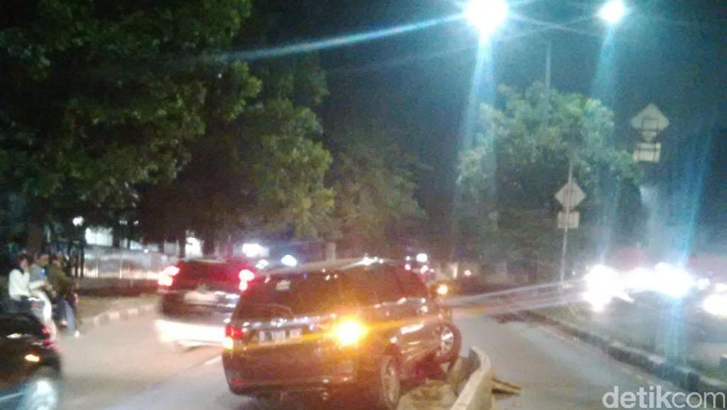 Honda Mobilio Tabrak Separator Busway di Jl Warung Jati Barat