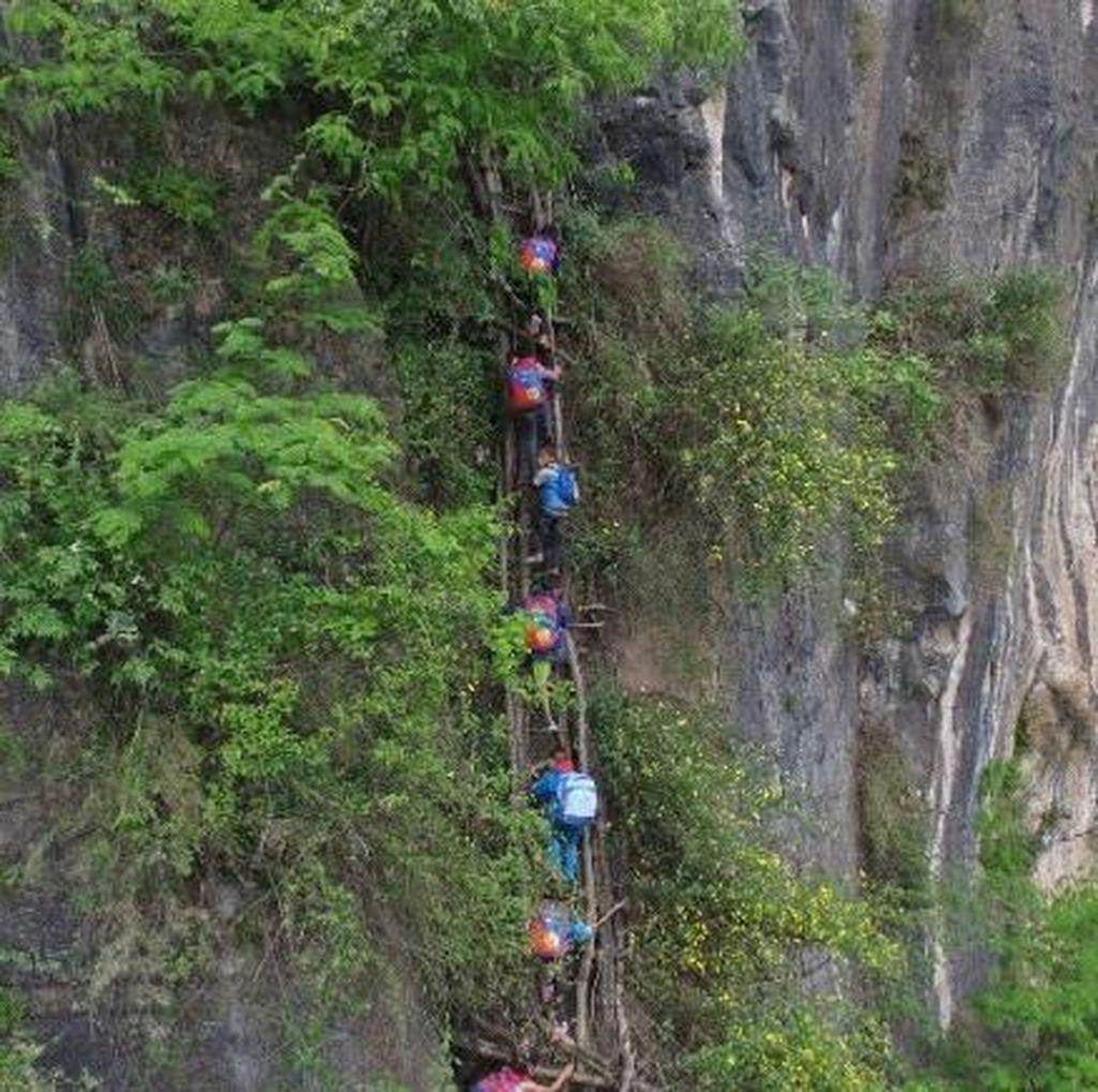 Anak-anak di Desa China Ini Harus Panjat Tebing 800 Meter untuk Sekolah