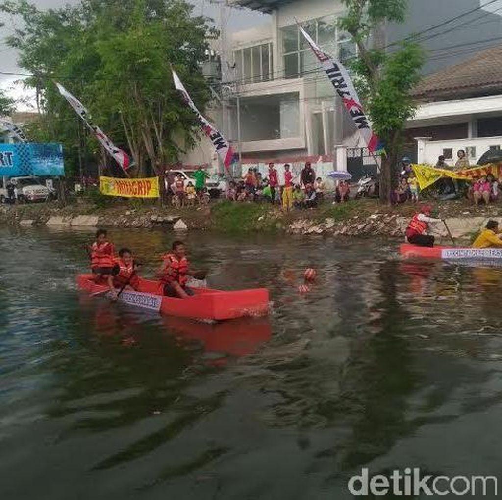 Warga Peringati HUT Kota Surabaya dengan Lomba Perahu Dayung Unik