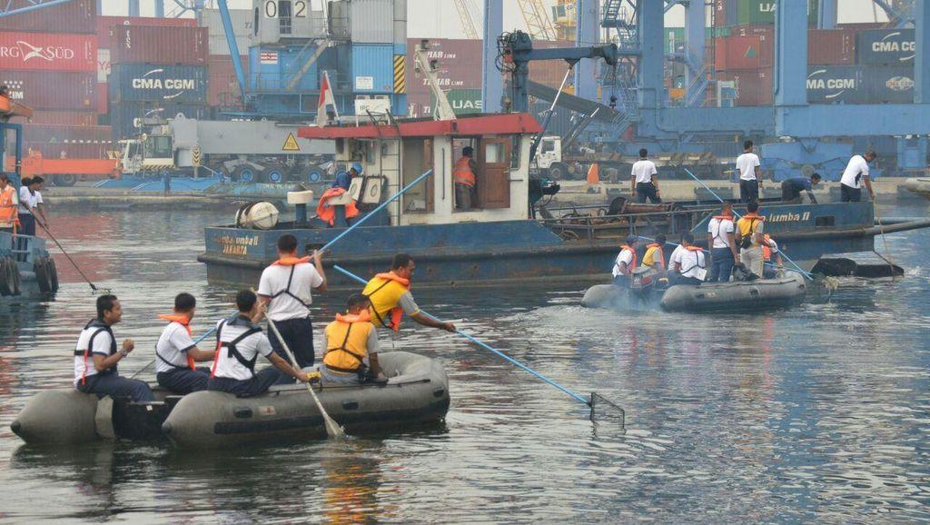 Ribuan Prajurit Kolinlamil Bersih-bersih Sampah di Laut Jakarta Utara