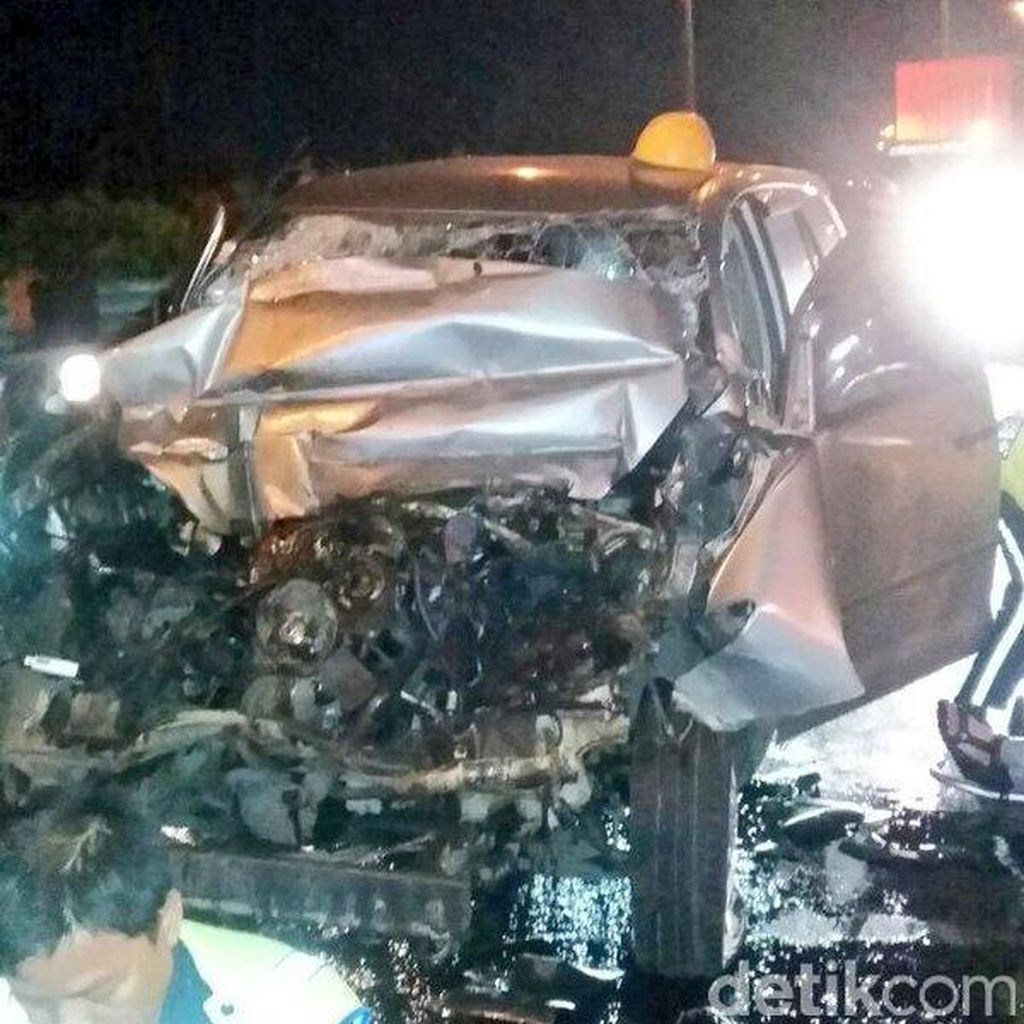 2 Korban Kecelakaan di Tol Gedong Panjang Dibawa ke RS Atma Jaya