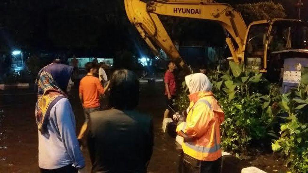 Tanpa Bawa Payung, Wali Kota Risma Pantau Banjir
