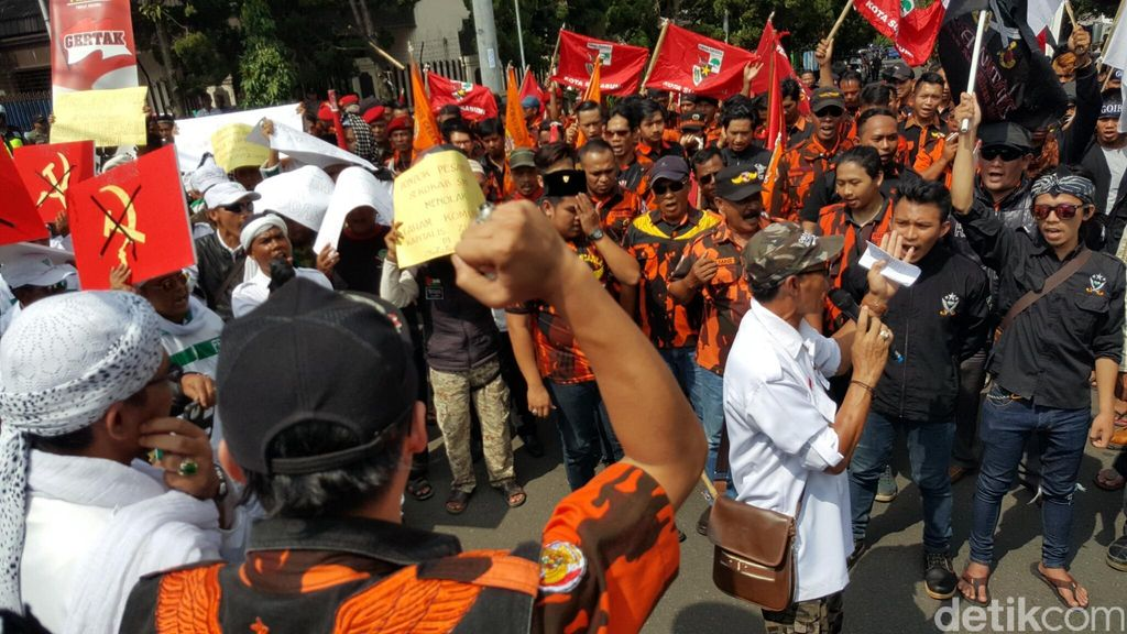 Ribuan Anggota Ormas Geruduk Balai Kota Sukabumi, Demo Tolak Komunis