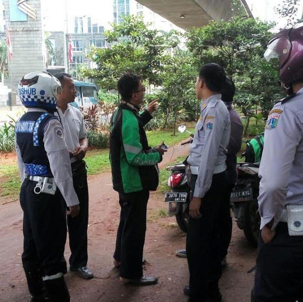Nongkrong Nunggu Order di Taman di Jl Satrio, Ojek Online Digembosi Ban Motornya