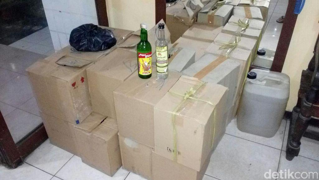 Polisi Sita Ratusan Botol Miras di Pasar Ujung Menteng Cakung