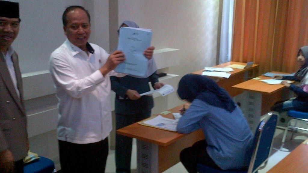 Menteri Nasir Pantau SBMPTN di Semarang, Bagi Soal dan Diminta Doa oleh Peserta
