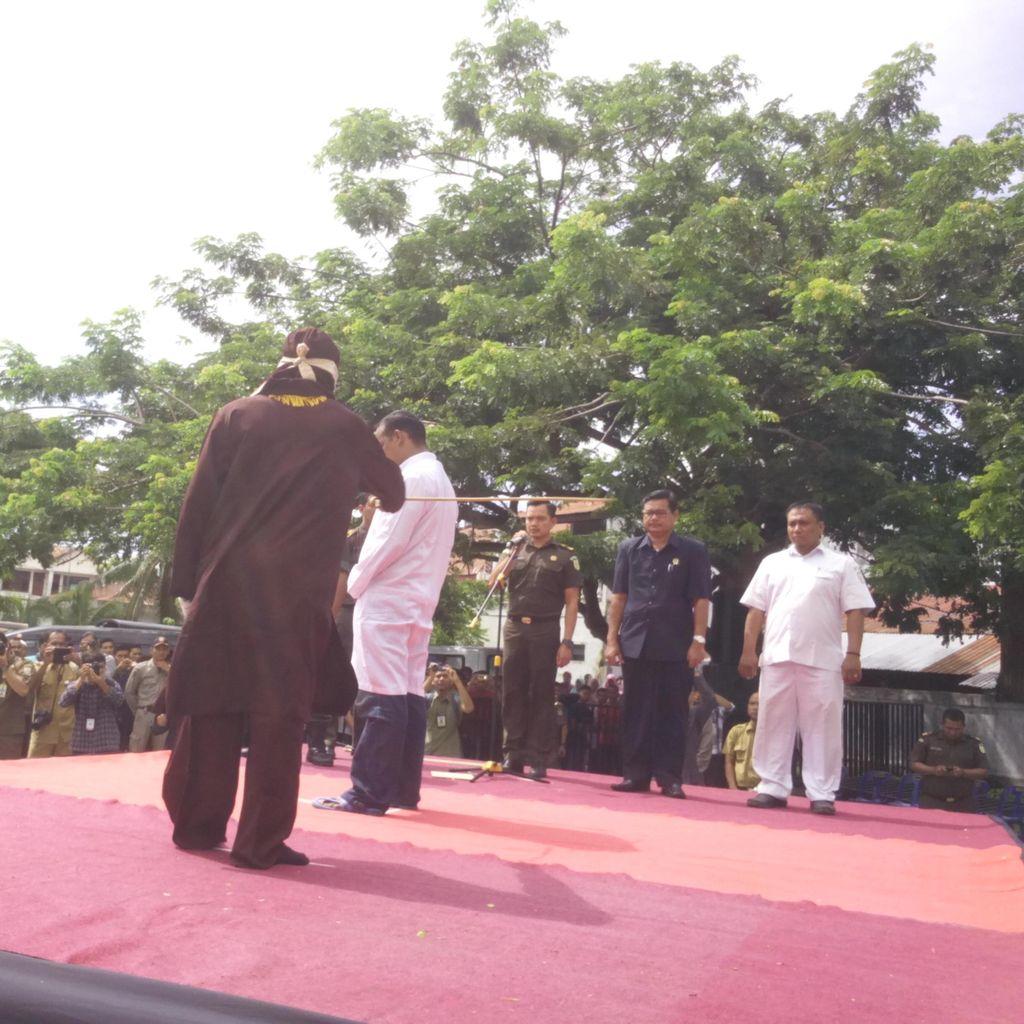 Ditonton Ratusan Warga, Pria Dicambuk 38 Kali di Banda Aceh karena Jual Miras