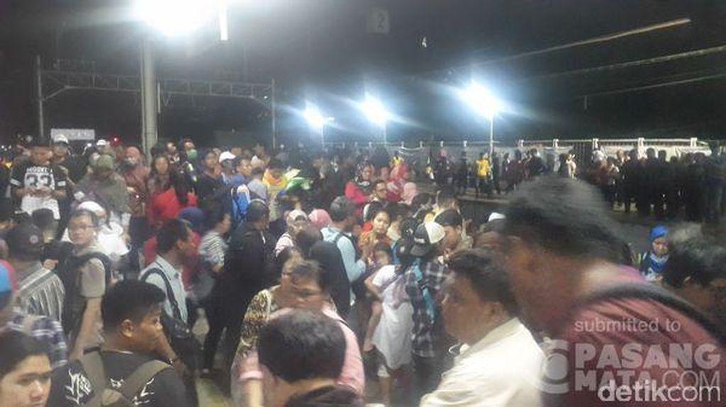 Commuter Line Terlambat Diberangkatkan, Penumpang Menumpuk di Stasiun Duri