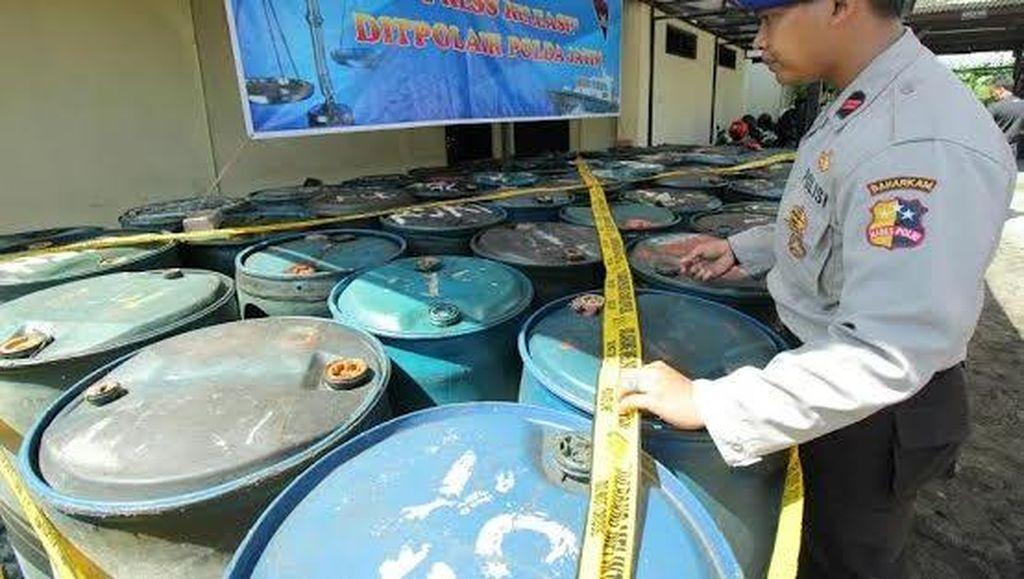 52 Drum Solar Hasil Kencing di Laut Diamankan