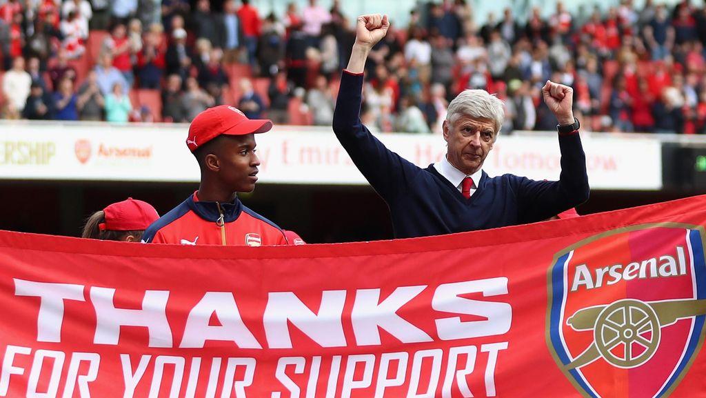Peter Schmeichel: Jangan Buru-Buru Pergi dari Inggris, Wenger